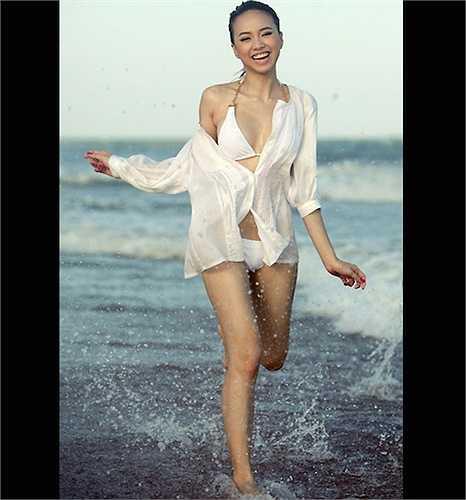 Chân dài Đinh Ngọc Diệp khoác sơ mi lệch vai bên ngoài bikini trắng.