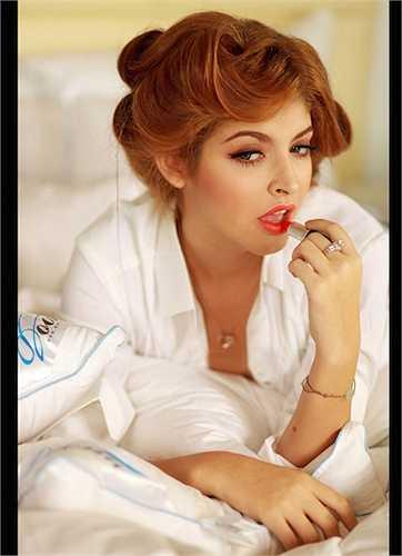 Mẫu Tây Andrea quyến rũ với trang phục trắng đơn giản kết hợp kiểu tóc cầu kỳ và màu son đỏ mê hoặc.