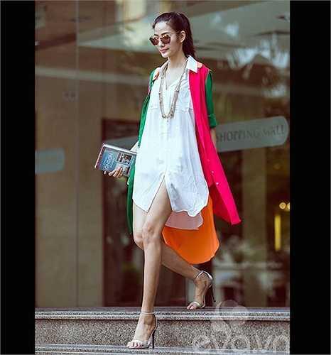 Hoàng Thùy khoe cặp chân dài chuẩn mẫu với sơ mi trắng dáng dài.