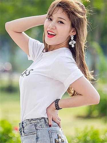 Milan Phạm yêu thích hết những sản phẩm của hãng thời trang nổi tiếng Chanel, 'bất kể thứ gì liên quan đến Chanel tôi đều yêu thích và phát cuồng, hot girl 9x chia sẻ.