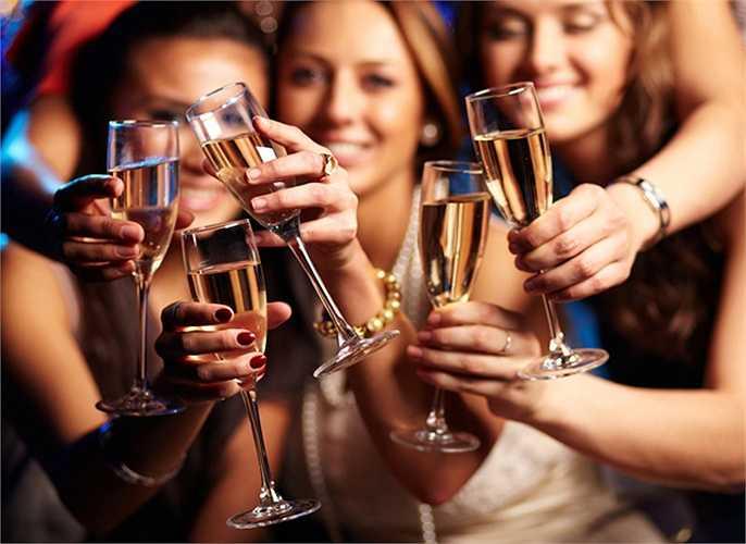 Uống rượu quá nhiều dẫn đến sự giãn nở của các mạch máu trong da, khiến mặt đỏ bừng và da loang lổ. Ngoài ra, uống rượu quá nhiều cũng dẫn đến thiếu hụt các chất dinh dưỡng quan trọng. Sự thiếu hụt này có thể dẫn đến lão hóa sớm và xuất hiện các nếp nhăn trên da.