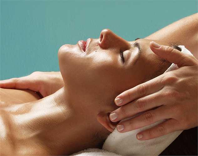 Không có thói quen chăm sóc da tốt: bao gồm làm sạch, dưỡng da và giữ ẩm. Da sạch để thông thoáng lỗ chân lông, kem dưỡng ẩm giúp da không bị khô mà da khô là thì dễ bị tổn thương, và nên dưỡng da để phục hồi và duy trì làn da đẹp.