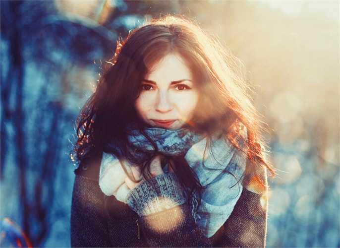 Tiếp xúc với các yếu tố môi trường khắc nghiệt: Lạnh quá khiến da khô nẻ, nóng quá làm da mất nước, mà da mất nước dễ tạo thành nếp nhăn.