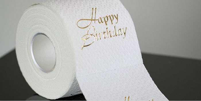 Cuộn giấy vệ sinh in chữ vàng 250 USD có lẽ là món đồ xa xỉ kỳ cục nhất trong danh sách này. Vàng vốn không phải vật liệu mềm mại và dễ phân hủy, hai đặc tính người ta chú ý đến nhất khi chọn một loại giấy vệ sinh nào đó.