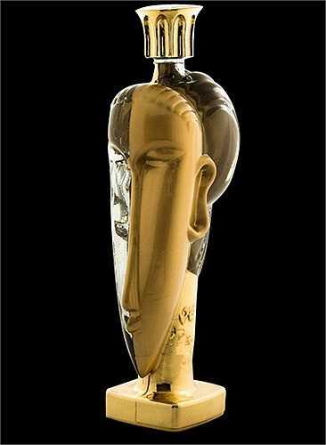Chai nước 60.000 USD được chiết xuất từ nước suối và nước trong các tảng băng có nguồn gốc tận Fiji, Pháp và Iceland. Nó làm từ vàng 24 carat và có hình dáng như một bức tượng điêu khắc hơn là một chai nước thông thường.