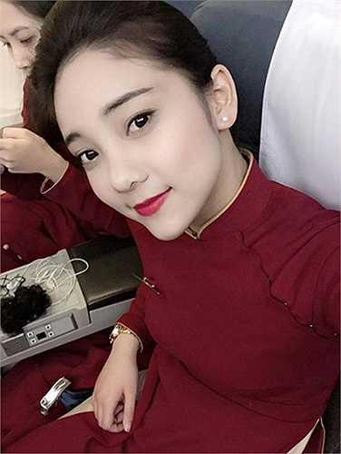 Những ngày qua, bức ảnh chụp lén khoảnh khắc một nữ tiếp viên hàng không xinh đẹp đang làm nhiệm vụ trên máy bay được chia sẻ rầm rộ.