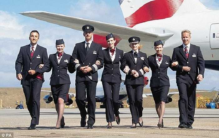 Tiếp viên của hãng hàng không British Airways có đồng phục là áo vest đen, bên trong là áo trắng và có phụ kiện gồm khăn, mũ. Riêng tiếp viên nữ còn có hai lựa chọn là váy hoặc quần tây.