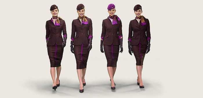 Etihad Airways là hãng hàng không của Dubai với bộ đồng phục hết sức sang trọng và tôn dáng của các tiếp viên với tông màu tím trầm điểm xuyết vài đường tím sáng nổi bật.