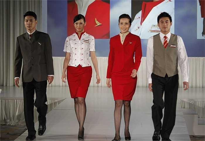 Hãng Cathay Pacific có đồng phục không đồng màu khi áo cánh màu trắng, chân váy màu đỏ. Bộ trang phục này bị đánh giá rằng không được nổi bật và chiếc áo cánh quá ngắn, thiết kế cổ tàu nhưng lại có hai lớp nên trông bị cứng.