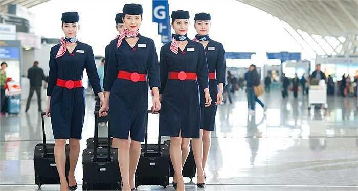 Hãng China Eastern được đánh giá là hãng hàng không có đồng phục sang trọng, tôn được vẻ đẹp và sự quyến rũ của các nữ tiếp viên. Những phụ kiện như chiếc mũ hay chiếc thắt lưng bản to cũng khiến bộ trang phục thêm phần nổi bật, bắt mắt.
