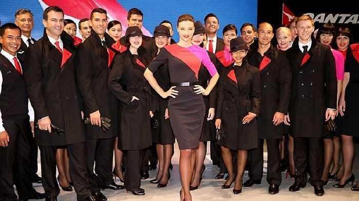 Trang phục của hãng hàng không Qantas dù khá bắt mắt bởi sự phối màu nóng như hồng, đỏ trên nền đen nên khá độc đáo, nổi bật. Đặc biệt thiết kế còn có thêm áo khoác măng-tô ở bên ngoài.