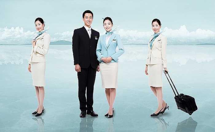 Trang phục của các tiếp viên hàng không Korean Airlines với tông màu chủ đạo là trắng và xanh trời nhạt. Đây là tông màu sáng, bắt mắt và làm tôn lên làn da trắng của người phụ nữ xứ Hàn.