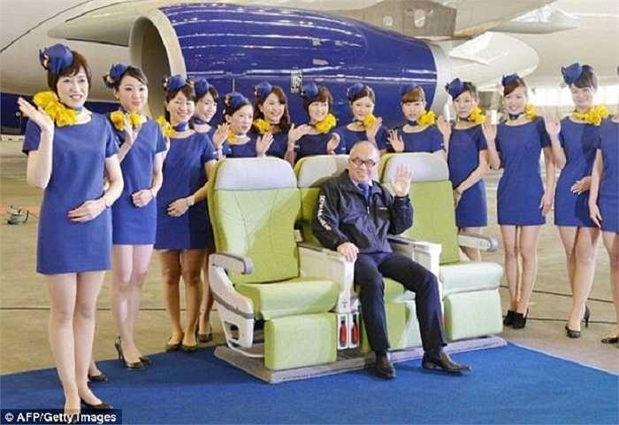 Bộ trang phục của hãng Skymark Airlines, Nhật Bản lại từng bị chỉ trích bởi Liên đoàn Nhật Bản do những chiếc váy quá ngắn và quá mỏng, không phù hợp cho công việc của phi hành đoàn.