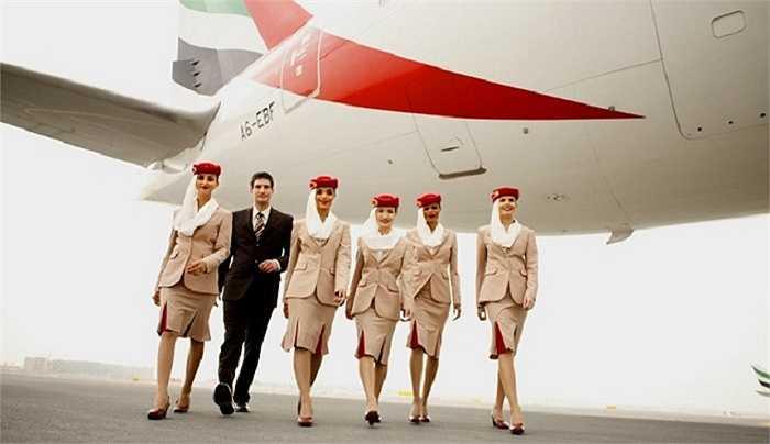 Đồng phục của Emirates cũng được xem là đồng phục hàng không phong cách nhất khi màu áo be khá đặc biệt cùng chiếc mũ đỏ cài rèm trắng quyến rũ.