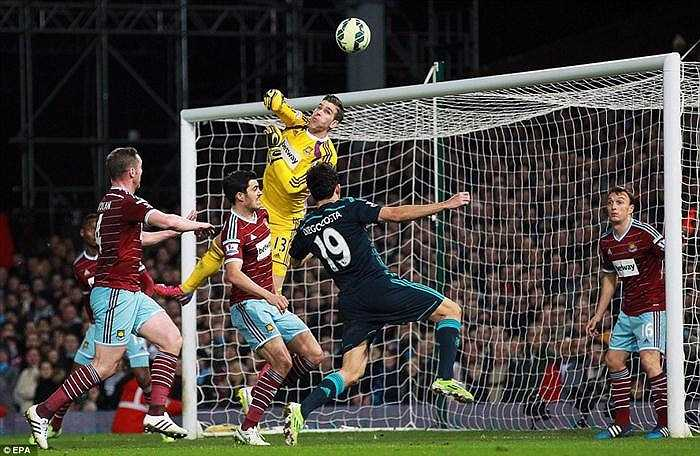 Thủ thành Adrian bên phía West Ham đã có ngày thi đấu tốt, khi có những pha cứu thua lăn xả.
