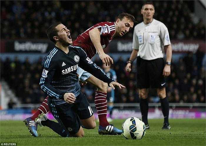 Eden Hazard liên tục bị phạm lỗi mỗi khi có bóng. Anh cũng đang là cầu thủ bị phạm lỗi nhiều nhất Premier League.