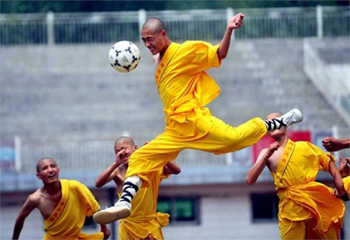 Cách đây 3, 4 năm, chùa Thiếu Lâm thuộc tỉnh Hà Nam, Trung Quốc đã đưa môn bóng đá vào cho các học nhà sư học tập