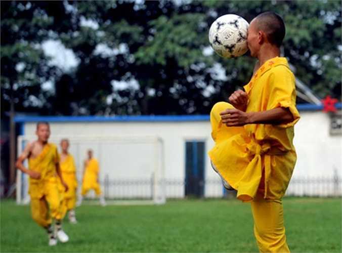 Thiếu Lâm Tự cho phép các võ tăng trẻ chơi bóng đá, như một cách rèn kỹ năng quyền cước và cũng để cổ động đội tuyển quốc gia