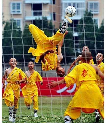 Trong giờ giải lao của một trận đấu ở tỉnh Hà Nam năm 2011, các nhà sư Thiếu Lâm đã trình diễn tuyệt kỹ kungfu đá bóng siêu đẳng