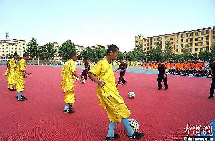 Theo các nhà sư, việc tập bóng đá rất có ích trong khi rèn luyện kungfu