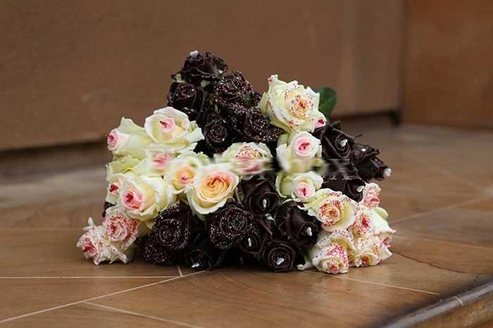 Được một cửa hàng hoa có tiếng ở TP HCM nhập về vào dịp 8/3, những bông hoa hồng tươi dùng công nghệ cao, phủ chocolate lạ mắt đang được nhiều người ưa thích. Giá loại hoa lạ này khoảng 250.000 đồng. Ảnh: FBNV.