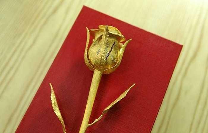 Bên cạnh các mặt hàng hoa tươi đang 'lên ngôi' mùa 8/3, các cửa hàng quà tặng cũng không quên tung ra những mặt hàng xa xỉ. Một bông hồng vàng cần tới 55 chỉ vàng, nhiều viên kim cương tự nhiên và đá Ruby đỏ, do một công ty mạ vàng có tiếng ở Hà Nội tung ra dịp này khiến không ít người choáng váng.