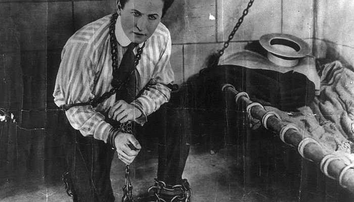 Harry Houdini - Trước khi trở thành một nhà ảo thuật danh tiếng, Harry Houdini từng phải rời khỏi nhà và sống nhờ nghề ăn xin trên đường phố