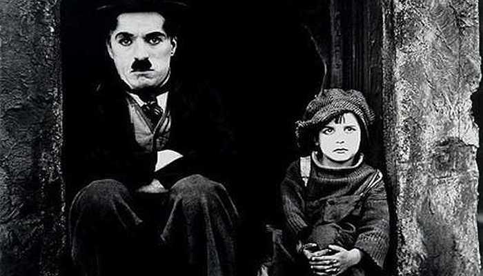 Charlie Chaplin - Vua hề gặp phải biến cố lớn của cuốc đời khi cha của ông qua đời và mẹ nhập viện vì bệnh tật. Hai anh em Chaplin phải ra đường kiếm sống và nghị lực tuyệt vời đã giúp ông trở thành vua hề của thế giới