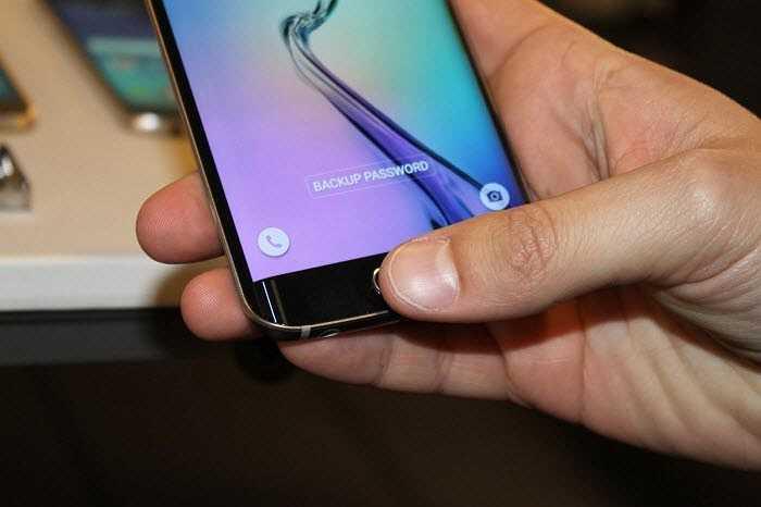 Bạn có thể sử dụng Galaxy S6 và S6 Edge để thực hiện thanh toán tại bất kì cửa hàng nào với một đầu đọc thẻ tín dụng qua Samsung Pay.
