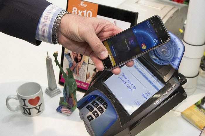 Trong khi đó, Apple Pay tương thích với iPhone 6 và 6 Plus, chỉ hoạt động với thiết bị đầu cuối hỗ trợ NFC.