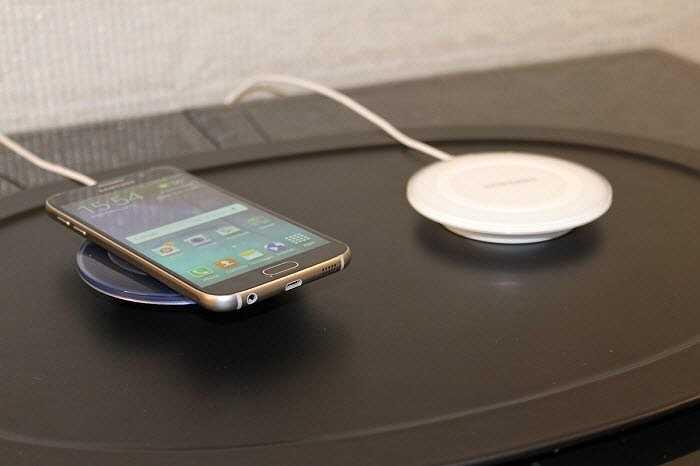 Bạn có thể sạc không dây cho điện thoại mới của Samsung với một pad sạc thay vì cắm chúng vào nguồn điện.