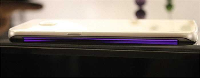 Với Galaxy S6 Edge, bạn có thể chỉ định một màu sắc cụ thể cho bất kì liên hệ nào. Điện thoại sẽ sáng lên với màu sắc mà liên lạc đó gọi đến.
