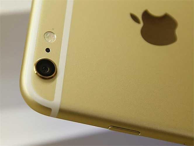 Trên iPhone, bạn cần phải khởi động ứng dụng camera hoặc nhấn vào biểu tượng camera trên màn hình khóa.