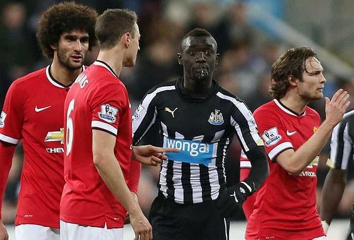 Trong lúc lời qua tiếng lại, cầu thủ Newcastle tiếp tục phun nước miếng