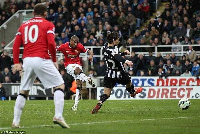Đội bóng của HLV Louis Van Gaal đã thi đấu nỗ lực nhưng phải đến phút 89, họ mới ghi được bàn thắng nhờ công của Ashley Young. Sau pha đột phá vào vòng cấm của Rooney, thủ môn Tim Krul của Newcastle đã phá bóng đúng chân của Ashley Young.
