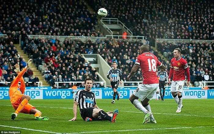 Trước tình huống ghi bàn của Ashley Young, thủ môn Tim Krul đã thi đấu rất xuất sắc.