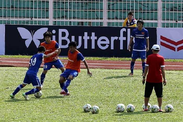 Các cầu thủ chia 2 đội hình đá tập phối hợp nhỏ.