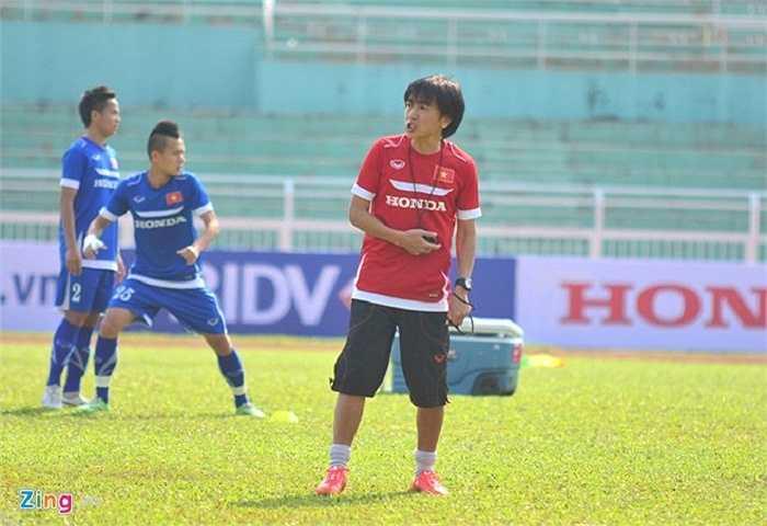 Ông yêu cầu các học trò phải chơi bóng nhanh, chuyền bóng chính xác, ít chạm, bọc lót cho đồng đội kịp thời.