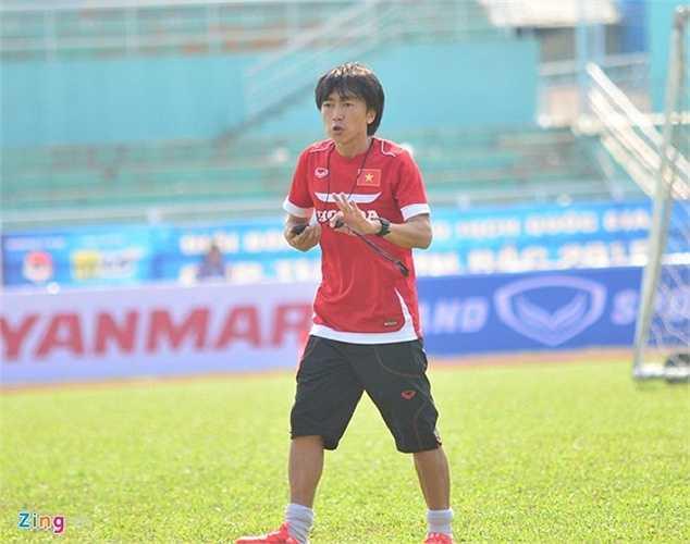 Ông khá tức giận, liên tục hò hét bởi các cầu thủ không thực hiện hoàn hảo yêu cầu. Dù thắng 2 trận giao hữu, U23 Việt Nam vẫn chưa cho thấy nhiều nét tươi sáng trong lối chơi.