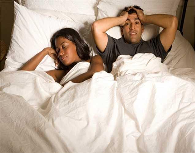 Lượng testosterone thấp gây rối loạn chức năng cương dương ở nam giới, làm nở ngực, thiếu năng lượng, tăng cân, rụng tóc và da khô.