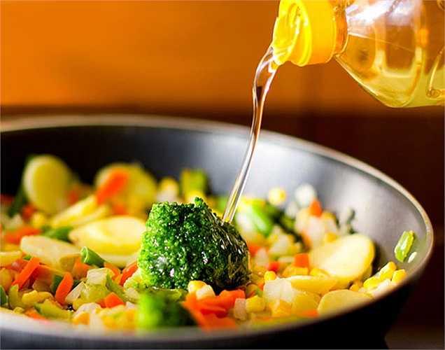 Chọn dầu thực vật tốt: Chọn loại dầu như cám gạo và dầu ô liu là lành mạnh và tốt cho việc sản xuất hormone. Các loại dầu thực vật này giàu acid béo không bão hòa như omega-3 và omega-6 có tác dụng  hỗ trợ sản xuất của testosterone.