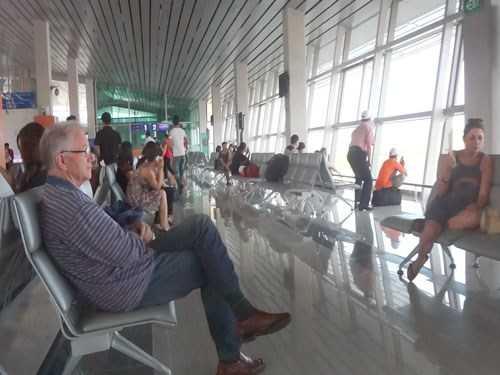 """Theo đại diện các hãng hàng không, hành khách cũng cần trang bị cho mình những """"kỹ năng"""" khi đi tàu bay để không quá """"hoảng hốt"""" hay """"bức xúc"""" khi gặp phải các sự cố hàng không hay các chuyến bay chậm, hủy chuyến."""