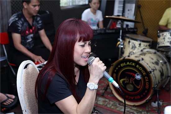 Cô vừa trở về Việt Nam sau chuyến lưu diễn nước ngoài và tham gia buổi tổng duyệt cùng với Thuỷ Tiên.