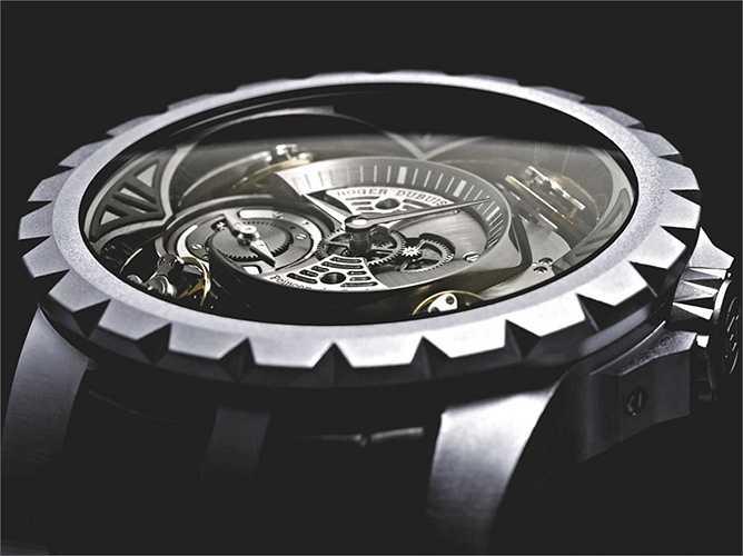 Excalibur Quatuor (Giá: 1,1 triệu USD): Ra mắt vào năm 2013, chiếc đồng hồ này đã ngốn của hãng Roger Dubuis (Thụy Sỹ) tới 7 năm nghiên cứu cùng 2.400 giờ chế tác dành cho mỗi sản phẩm. Tổng cộng chỉ có đúng 3 chiếc Excalibur Quatuor được sản xuất.