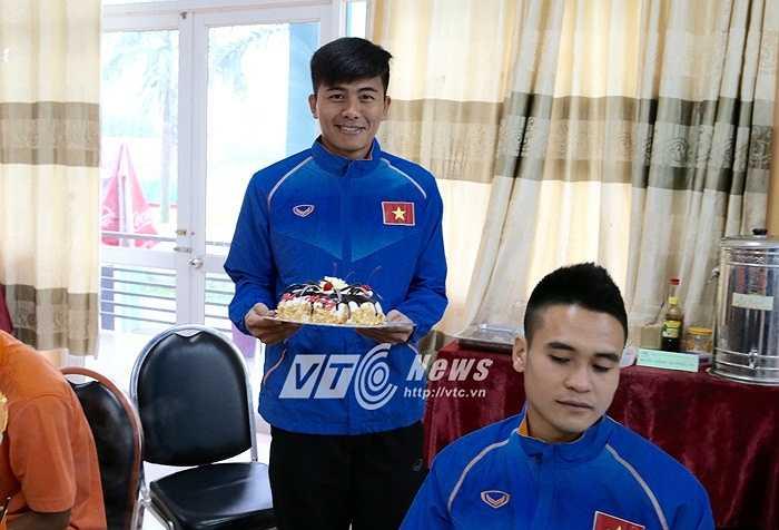 Cầm bánh sinh nhật trên tay, hậu vệ SLNA nở nụ cười hạnh phúc.