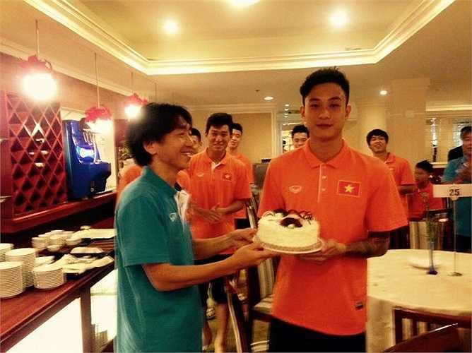Gần 1 tuần sau, HLV Miura cũng đến dự sinh nhật thủ môn Hoài Anh.