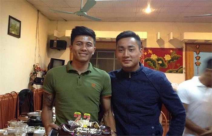 Hồ Tấn Tài đến chúc mừng sinh nhật đàn anh.