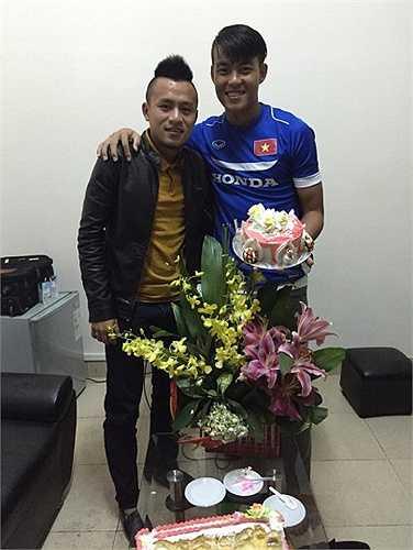 Tiền vệ SHB ĐN Huy Toàn đến dự sinh nhật hậu vệ ĐTLA.