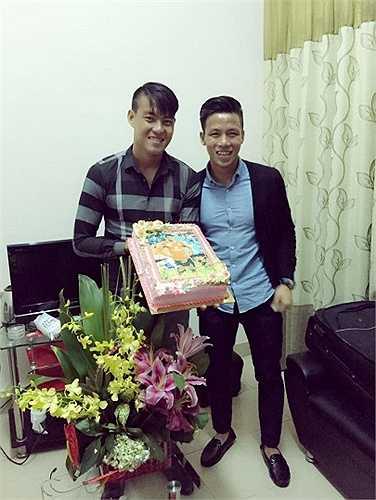 Đội trưởng U23 Việt Nam Quế Ngọc Hải tươi cười bên người đồng đội.