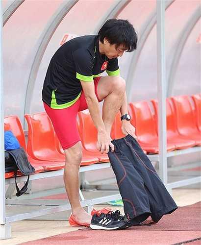 Bởi vậy, sau khi thực hiện xong bộ ảnh, HLV người Nhật chạy ra khu kỹ thuật thay trang phục của đội U23 Việt Nam - hiện tại do một nhãn hàng thể thao của Thái Lan tài trợ. (Ảnh: VNExpress)